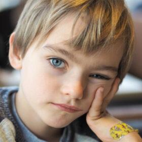 Das tut gut: EIn Junge blickt traurig in die Kamera. In der Corona-Krise fehlen armen Familien die Mittel für digitales Lernen. Das Deutsche Kinderhilfswerk unterstützt mit Nothilfepaketen. Das DKHW ist Mitglied der Initiative