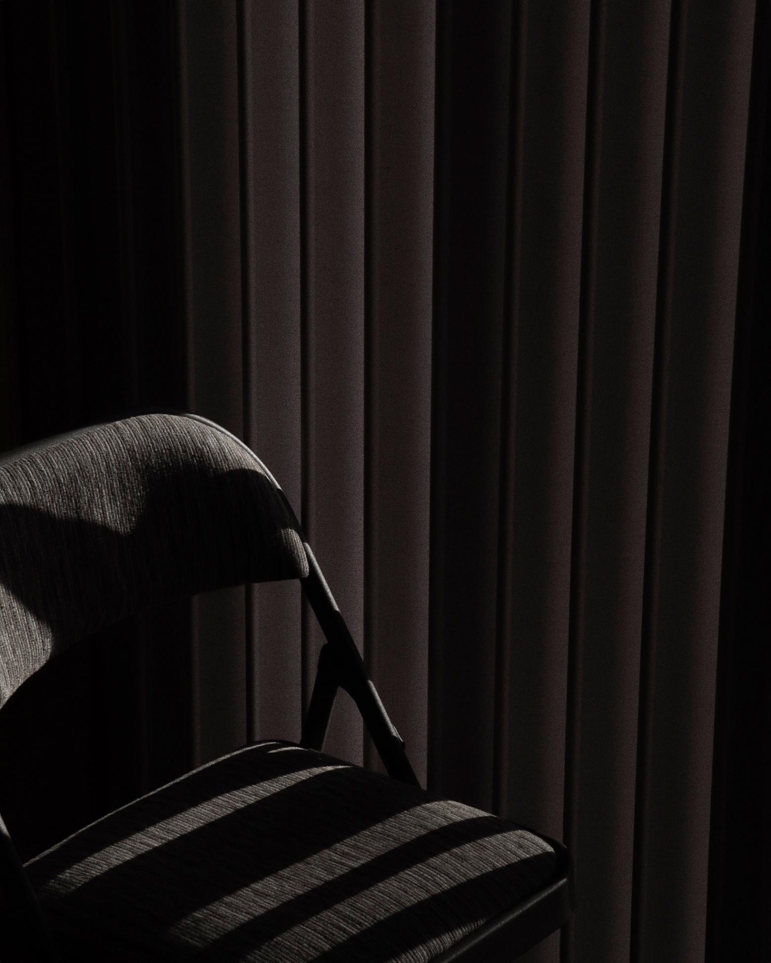 Sterbehilfe: Leerer Stuhl vor einem Fenster. Symbolbild. Setzt ein leichterer Zugang zu Sterbehilfe-Angeboten alte oder kranke Menschen unter Druck? Sterbehilfe – ein Blick auf Pro und Contra. In: Prinzip Apfelbaum. Magazin über das, was bleibt. Foto: Trevor Black on Unsplash