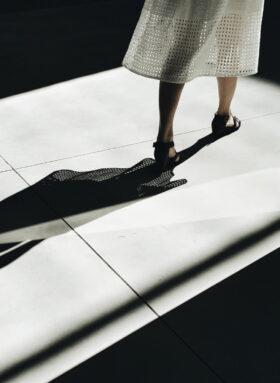 Sterbehilfe: Schatten einer Frau, die einen Raum durch eine Tür verlässt. Symbolbild. Der Wunsch eines Schwerkranken, das eigene Leben zu beenden, bringt Ärzte und Angehörige in Konflikt mit Gewissen und Gesetz. Ein Blick auf Pro und Contra. In: Prinzip Apfelbaum. Magazin über das, was bleibt. Foto: Martino Pietropoli on Unsplash