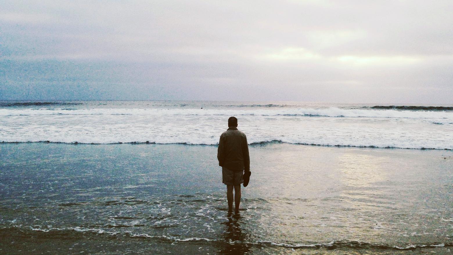 Letzte Wünsche: Ein Mann steht allein am Meer. Symbolbild. Ein Gespräch mit Alexander Krützfeldt über das Sterben, letzte Wünsche und darüber, was Sterbende bereuen und wie sie mit dem Tod umgehen. In: Prinzip Apfelbaum. Magazin über das, was bleibt. Foto: izherealw via Twenty20
