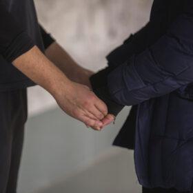 Letzte-Hilfe-Kurse: Zwei Menschen halten sich bei den Händen. Symbolbild. Die meisten Menschen wünschen sich, im vertrautem Umfeld zu sterben. Doch Angehörige fühlen sich oft hilflos. Wie man Sterbende begleitet. Ein Ratgeber. In: Prinzip Apfelbaum. Magazin über das, was bleibt. Foto: Mostafa Meraji on Unsplash