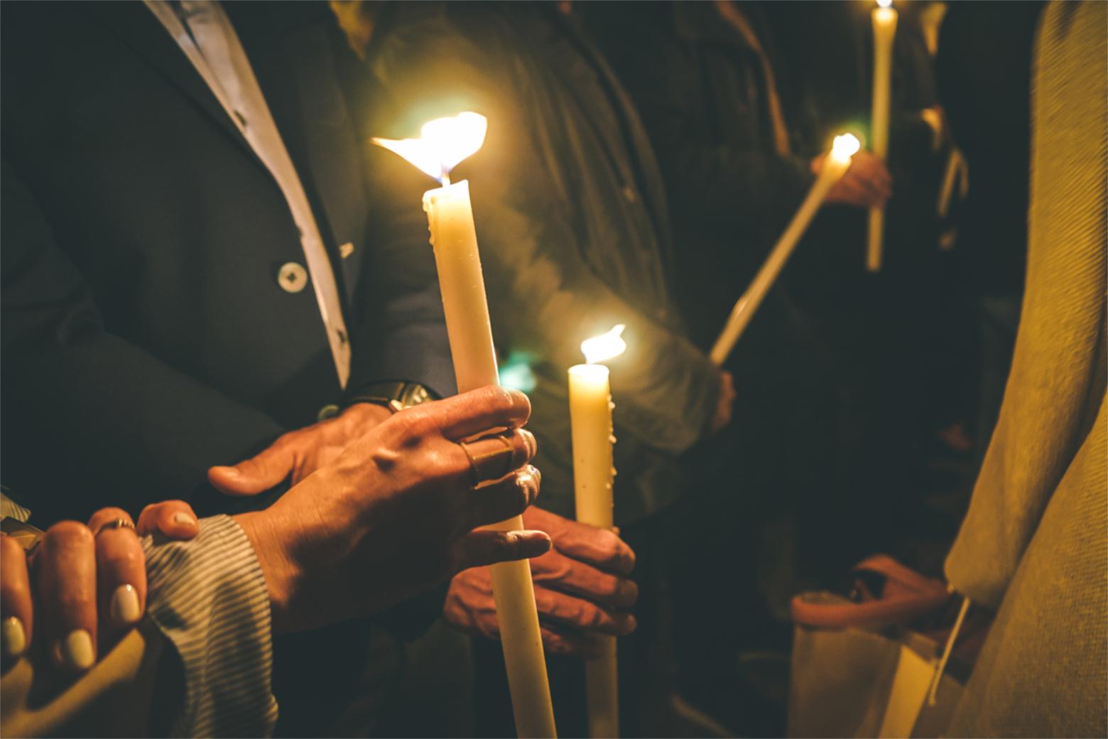 Spirituelles Testament: Eine Frau hält nachts im Kreis einer Gruppe eine Kerze. Symbolbild. Auch geistig-seelische Fragen sollte man rechtzeitig regeln: Wer soll bei mir sein, wenn ich sterbe? Wünsche ich besondere Rituale? Wie möchte ich bestattet werden? Ein Ratgeber. In: Prinzip Apfelbaum. Magazin über das, was bleibt. Foto: SianStock/Photocase.de