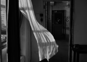 Prinzip Apfelbaum. Magazin über das, was bleibt. Ausgabe 13: STERBEN. USA. Brooklyn, NY. 2016: Eine weiße Gardine weht im Luftzug in einem Appartment. Symbolbild. Was wissen wir über das Sterben? Wie können wir uns auf das Sterben vorbereiten? Was zählt am Ende wirklich? Foto: David Alan Harvey / Magnum Photos / Agentur Focus