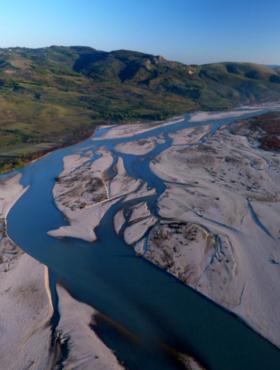 Das tut gut: Ein Blick auf die Vjosa. EuroNatur setzte sich mit Erfolg für die Rettung des letzten großen Wildfluss Europas ein. Die Stiftung EuroNatur ist Mitglied der Initiative