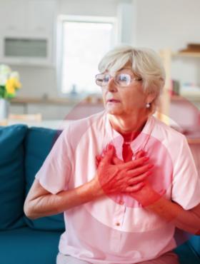Das tut gut: Frau mit Brustschmerzen. Die Deutsche Herzstiftung fordert eine neue Studie für die Behandlung von Herzschwäche. Die Herzstiftung ist Mitglied der Initiative