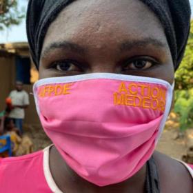 Das tut gut: Frau aus der DR Kongo mit einer Corona-Schutzmaske. Im medeor-Projekt in Süd-Kivu fertigen lokale Näherinnen und Näher 100.000 Masken für die Bevölkerung an. action medeor ist Mitglied der Initiative