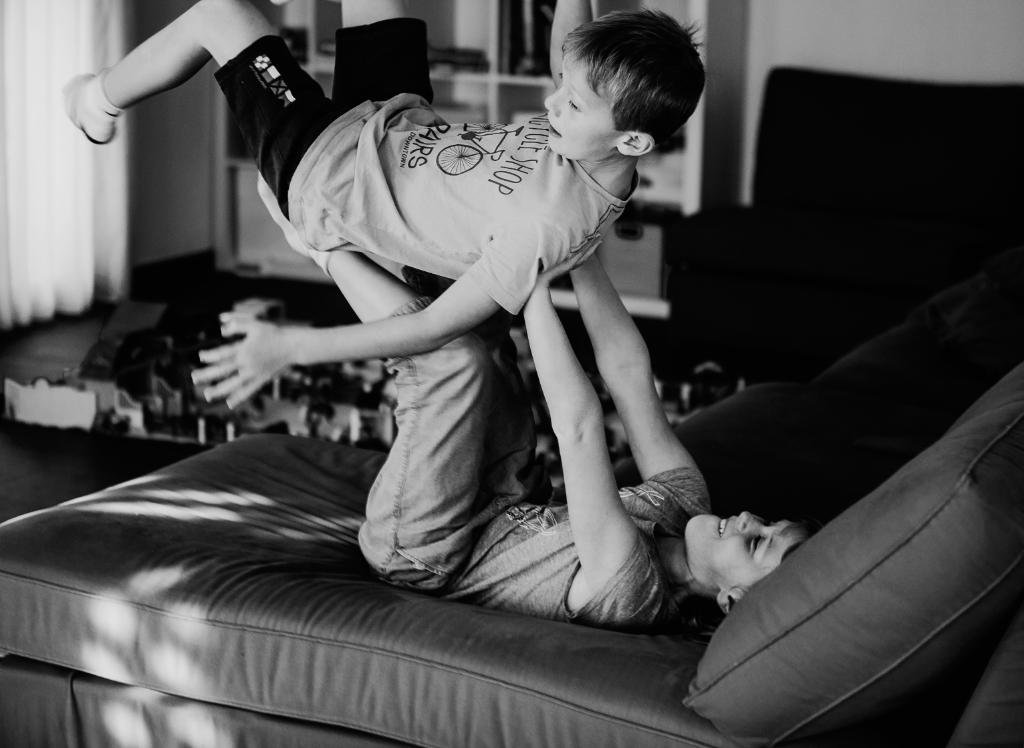 Vertraut euch: Zwei Nachbarsjungen toben auf der Couch. Symbolbild. Kontakt zu anderen Schichten und Milieus ist nötig, um sich verbunden fühlen zu können. Das stärkt das Vertrauen und den Zusammenhalt. In: Prinzip Apfelbaum. Magazin über das, was bleibt. Foto: NRuedisueli/Twenty20