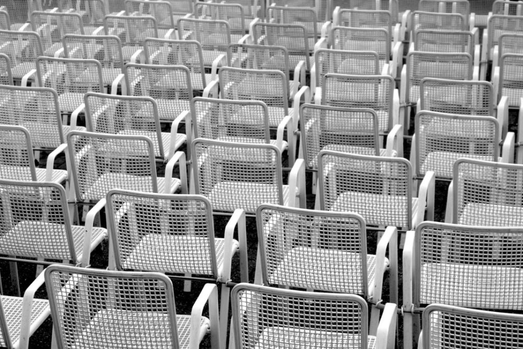 Vertraut euch: Leere Stuhlreihen. Symbolbild. Das Wir-Gefühl ist vielen wichtig. Doch wenige vertrauen ihren Mitmenschen. Das gefährdet den Zusammenhalt. Eine Anstiftung zu mehr Vertrauen. In: Prinzip Apfelbaum. Magazin über das, was bleibt. Foto: time./photocase.de