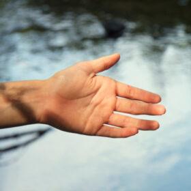 Vertrauen lernen: Eine Hand wird ausgestreckt. Symbolbild. Verlorenes Vertrauen lässt sich wiedergewinnen. Eva Schulte-Austum hat dazu 9 Rezepte entwickelt. Ein Ratgeber. In: Prinzip Apfelbaum. Magazin über das, was bleibt. Foto: Mr. Nico/photocase.de