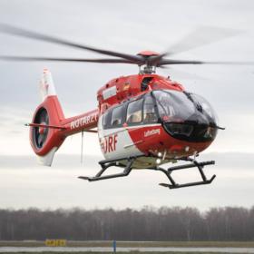 Ein Hubschrauber der DRF Luftrettung mit fünfblättrigem Rotor landet