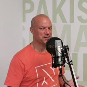 Ein Mitarbeiter am Mikrofon im neuen Podcast der Welthungerhilfe
