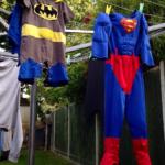Ein Superman- und ein Batman-Kostüm auf einer Wäscheleine: Jeder von uns kann Heldentaten vollbringen.