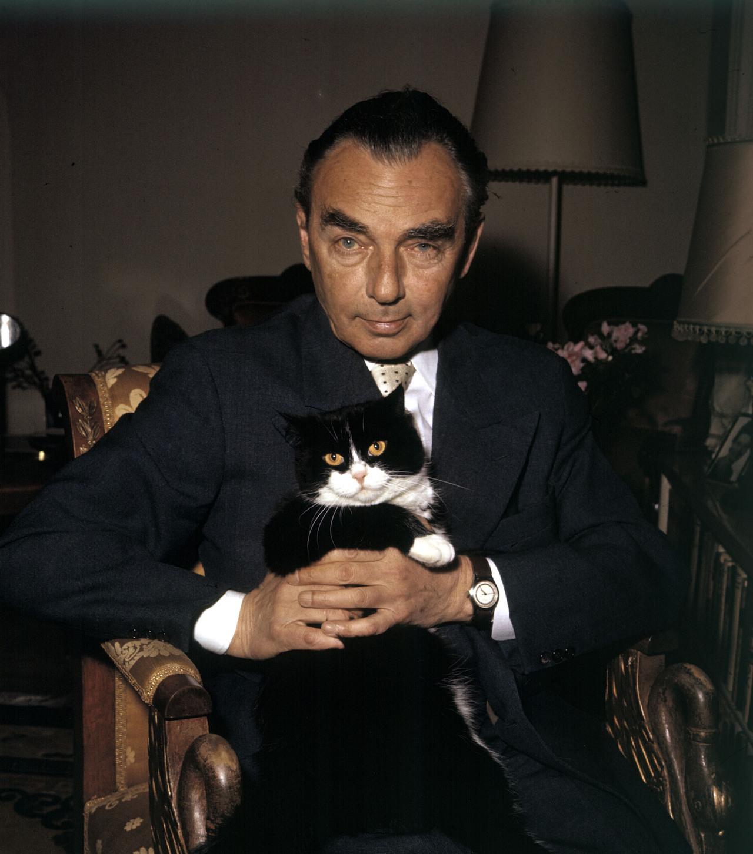 Der Schriftsteller Erich Kästner mit Katze