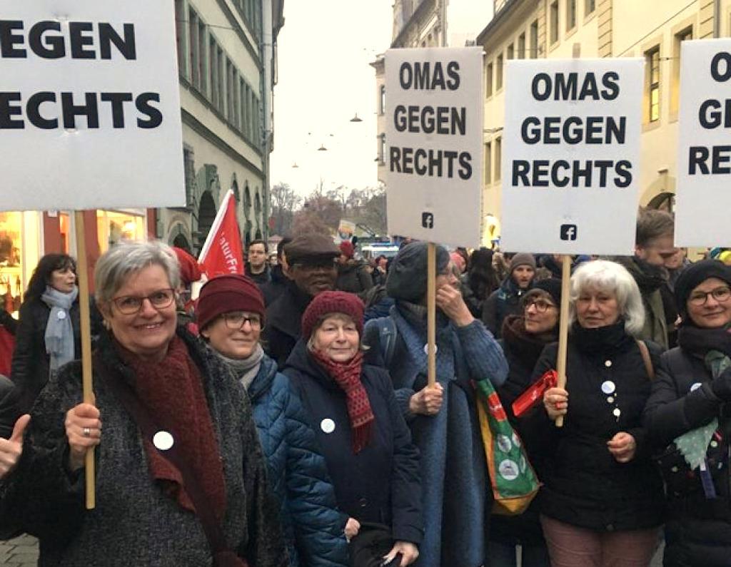 Die Erfurter Omas gegen Rechts bei einer größeren Demonstration gegen die Wahl Thomas Kemmerichs zum Ministerpräsidenten.
