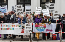 Omas gegen Rechts protestieren gegen die AfD in Hamburg: Mutig stellen sich die älteren Frauen den Rechten entgegen.