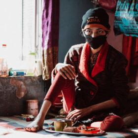 Unterernährte Frau in Indien. Die Deutsche Lepra- und Tuberkulosehilfe unterstützt den Kampf gegen Tbc, auch dank Spenden.