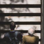 Zwei Männer auf einer Treppe. Vom Austausch profitieren Jung und Alt.