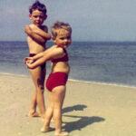 Alte Aufnahme zweier Kinder: Erfahrungen stärken uns.