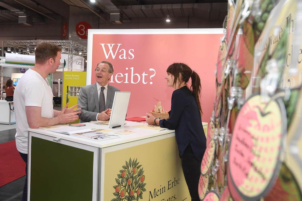 Franz Müntefering am Stand der Initiative Prinzip Apfelbaum. Es geht um die Frage: