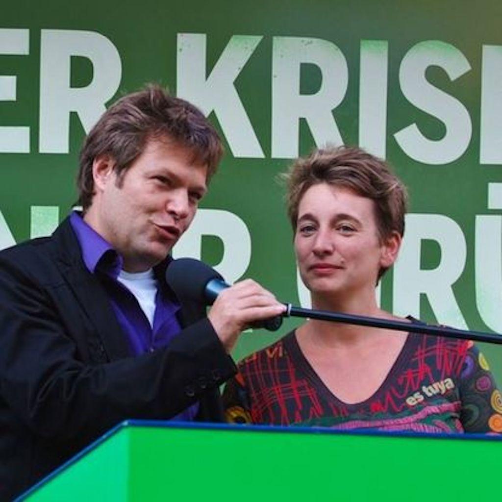 Wie kann man es besser machen? – Die Politikerin Anke Erdmann auf einer Redebühne mit Robert Habeck.