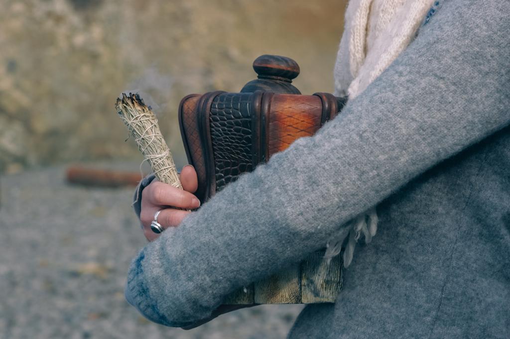 Eine Frau trägt ein Urne in ihren Armen – Angehörige können sich an der Trauerfeier beteiligen.