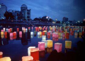 Jahr für Jahr erinnert die Stadt Hiroshima an den Abwurf der Atombombe am 6. August 1945. Eines der Gedenkrituale: bunte Papierlaternen, die die Seelen der Opfer trösten sollen.