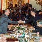 Händeschütteln als politisches Ritual: Gorbatschow und Reagan ratifizieren 1988 den INF-Abrüstungsvertrag.