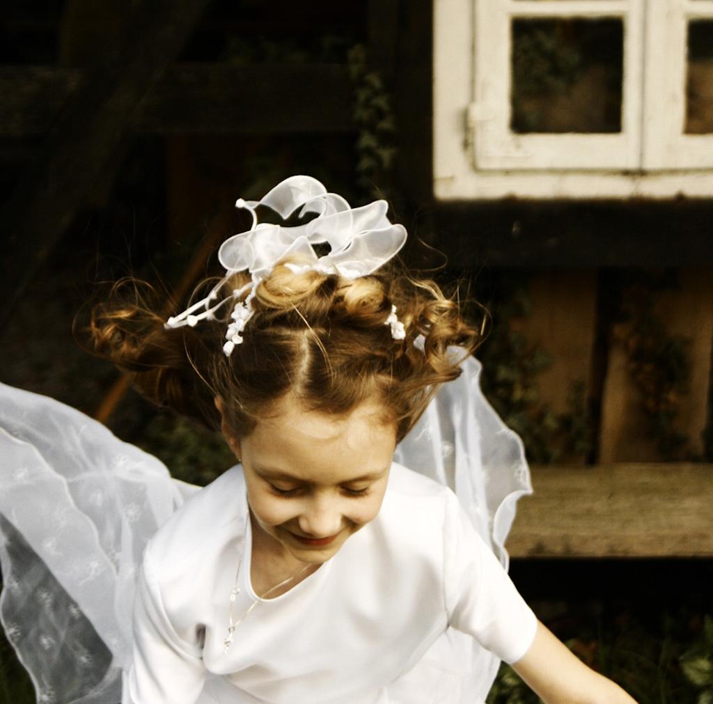 Rituale erleichtern den Übergang: Ein Mädchen rennt zur Erstkommunion.