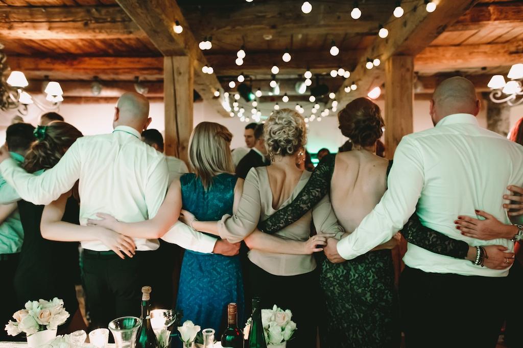 Menschen tanzen im Kreis - Feste und Traditionen halten eine Gesellschaft zusammen.